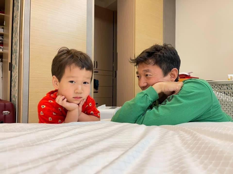 Tony和小兒子Olie父子間的對話時光。圖/摘自臉書