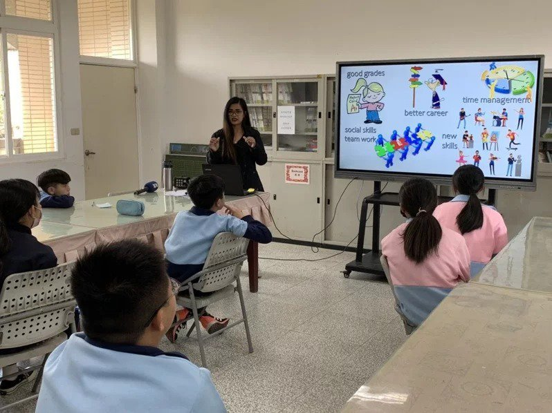 教育部今年到2024年將投入65億元,全面提升國內中小學師資質量,也將聘300多名外師輔助教學,目標是2030年全國中小學英語課都採全英語教學。本報資料照片
