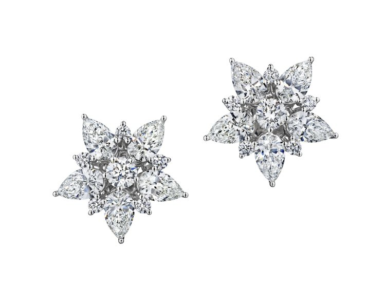 尹汝貞配戴的蕭邦高級珠寶耳環,18K白金鑲嵌5.11克拉鑽石
