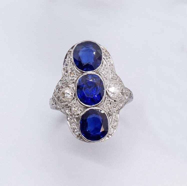 葛倫克蘿絲配戴的緬甸藍寶石鑽戒。圖/取自IG @leightonjewels