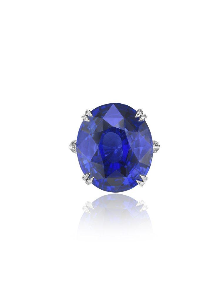 尹汝貞配戴的蕭邦高級珠寶藍寶石鑽戒,中央鑲嵌21.15克拉橢圓形藍寶石。圖/蕭邦...