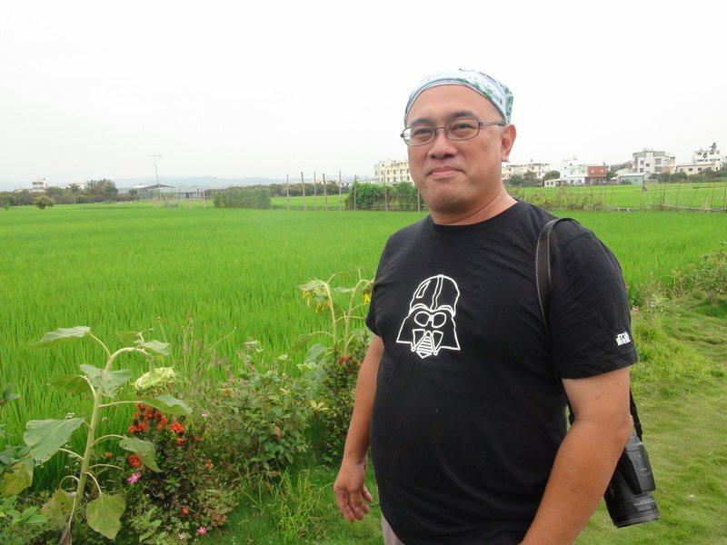 李璟泓是專業的灰面鵟老鷹觀察者,也是業餘的農夫,為了對抗光電入侵農地,他在苗栗通霄買地耕種。記者余采瀅/攝影