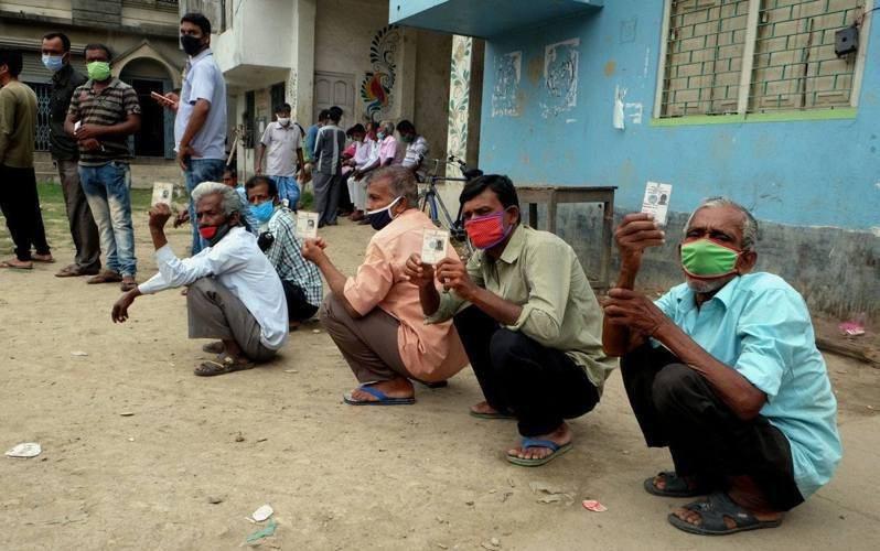 印度單日新增確診數超過30萬例。新華社