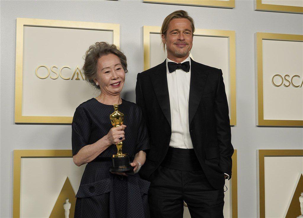尹汝貞、布萊德彼特在奧斯卡頒獎典禮上互動趣味。(美聯社)