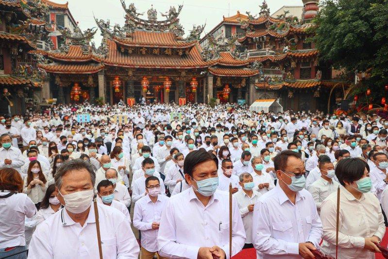 台中大甲鎮瀾宮今舉行祈雨祭典,典禮進行兩小時,全場3000人身穿白衣持香,全場肅穆。記者黃仲裕/攝影