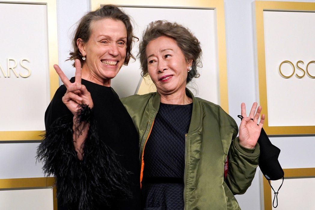 法蘭西絲麥朵曼(左)與趙婷尹汝貞分別獲得本屆奧斯卡影后與最佳女配角。(路透)
