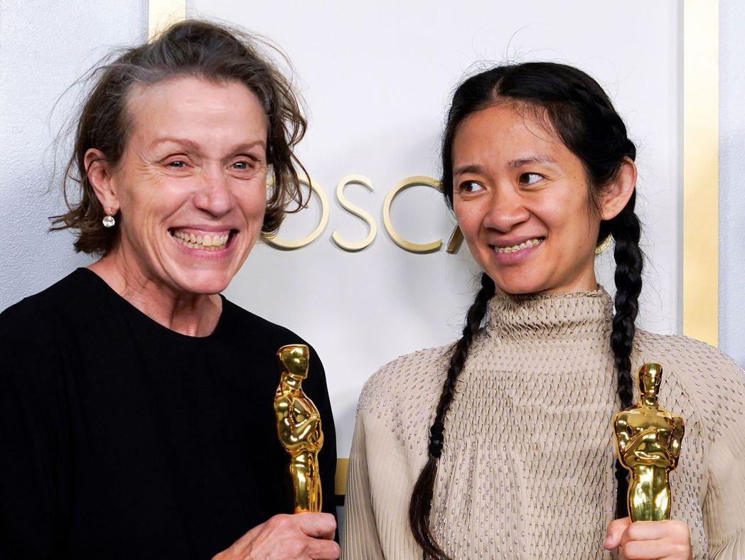 法蘭西絲麥朵曼(左)與趙婷一起成為本屆奧斯卡金像獎大贏家。圖/路透