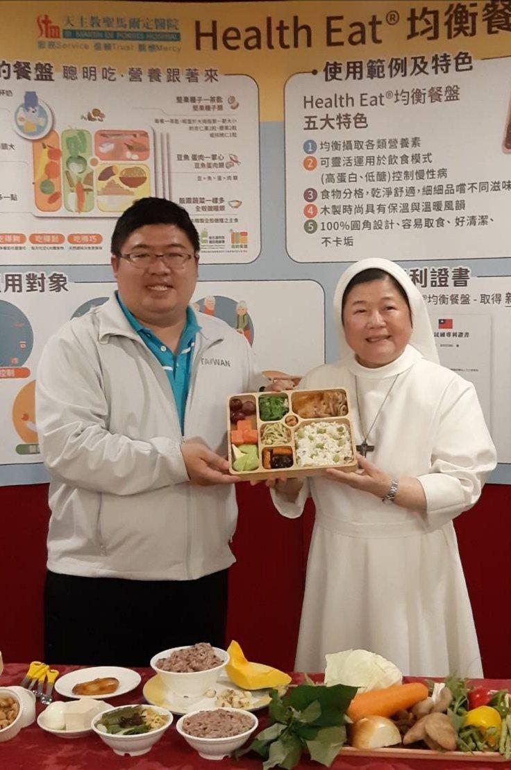 陳美惠贈送健康餐盤給蔡易餘,希望他3個月內順利減重到100公斤內。記者卜敏正/攝影