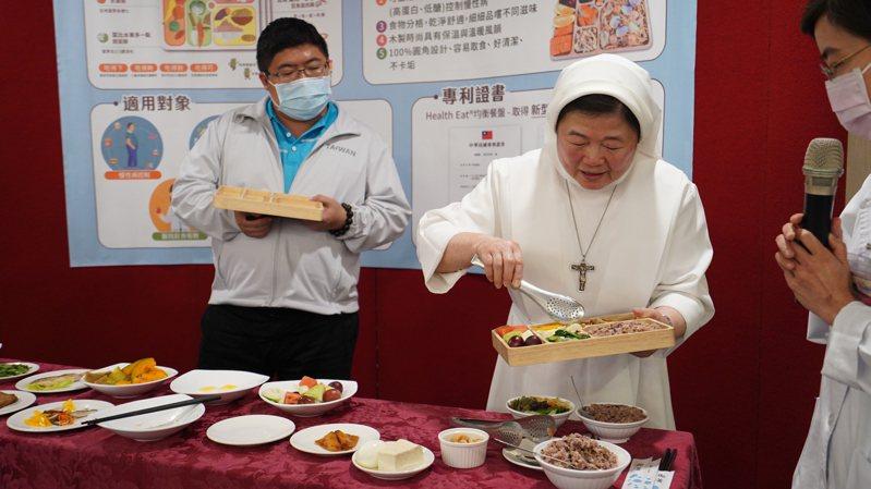 立委蔡易餘(左一)今天到聖馬爾定醫院學習均衡飲食,觀摩聖馬爾定院長陳美惠(中)如何配菜。記者林伯驊/翻攝