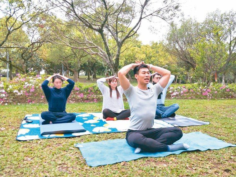 第2組:肩膀活動練習。攝影/李懿哲