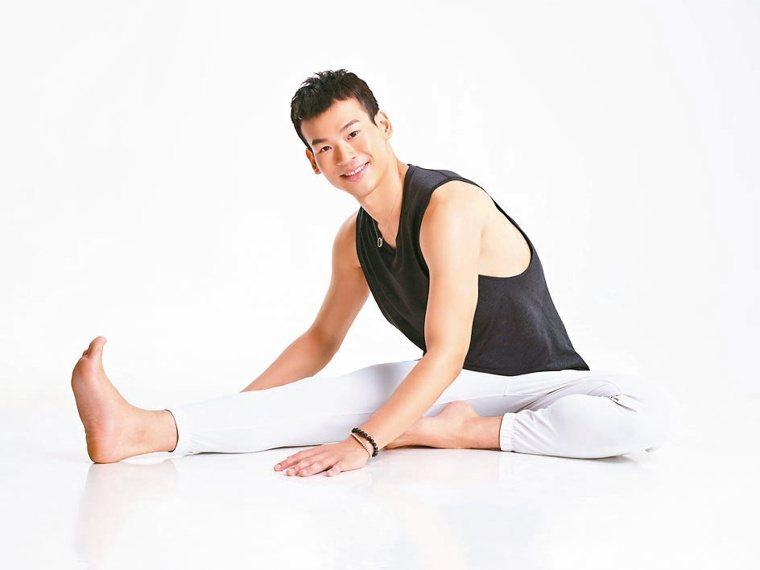 瑜伽老師李孟哲帶大家一起做解憂瑜伽。圖/Lemon提供