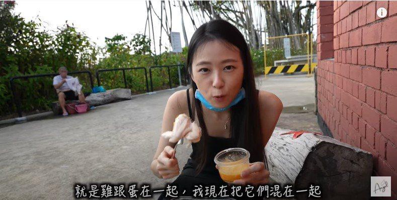 新加坡聯合早報報導,旅居星國的台灣女網紅「安琪兒」近日前往當地三巴旺溫泉公園,居然在「煮蛋區」用溫泉水直接煮雞翅,遭民眾批評不衛生。(擷取自YouTube)