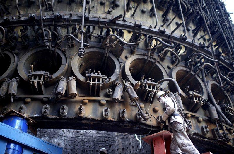 大陸鋼廠龍頭寶武鋼鐵集團旗下寶鋼股份財報出爐,第1季獲利人民幣53.6億元,年增2.4倍。(新華社)