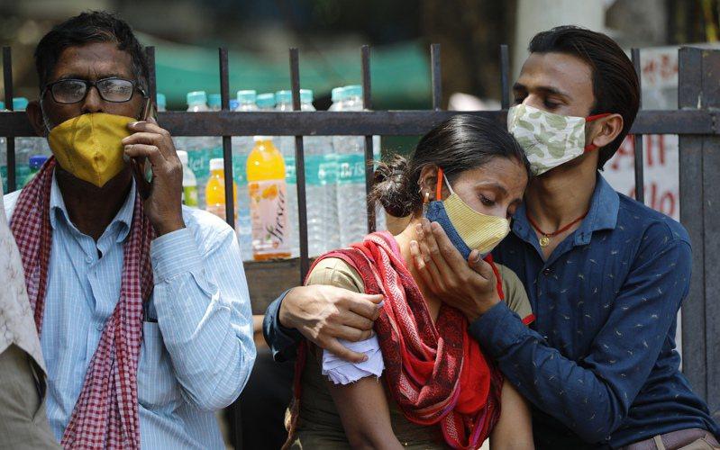 印度新冠肺炎疫情急遽惡化,26日新增確診人數再度突破35萬人。 (美聯社)