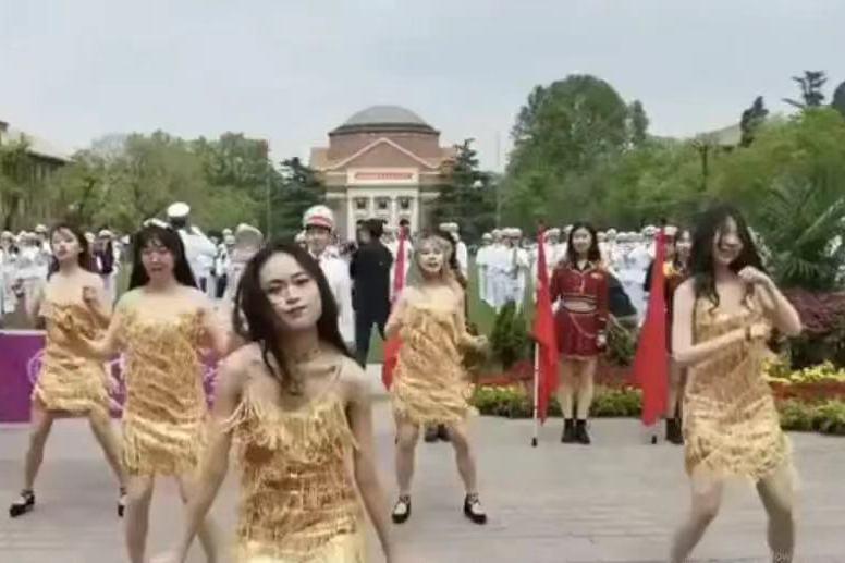 北京清華一群女學生在校慶尬舞,意外引發大陸民眾熱議。圖/取自百度