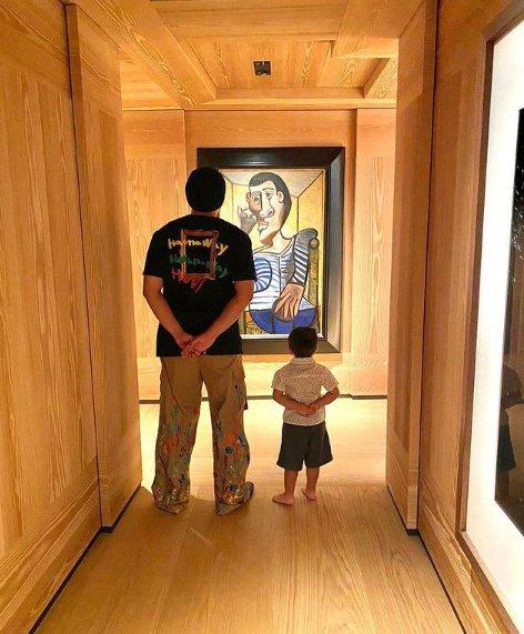 周杰倫與兒子站在自家畢卡索(Pablo Picasso)的收藏作品前。圖/摘自周...