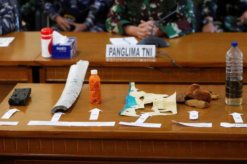 印尼潛艇「南伽拉」號殘骸。圖為4月24日峇里伍拉萊軍事空軍基地的記者會展示有關物品。 路透社