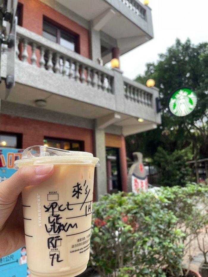有位藍小姐在星巴克店咖啡,她告訴店員「藍,藍色的藍」,拿到杯子定睛一看,發現當場從「藍小姐」變成「來小姐」。 圖片來源/Dcard