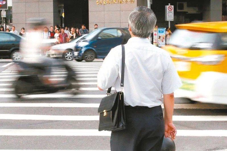 去年在疫情的籠罩之下,資深工作者選擇退休,今年退休金該如何申報呢? 圖/報系資料...
