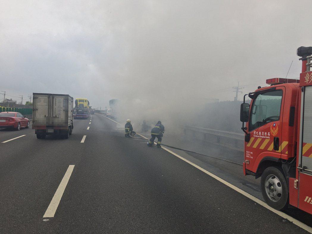 一輛藍寶堅尼今天上午在國道一號北斗到員林的路段忽然自燃。圖/警方提供