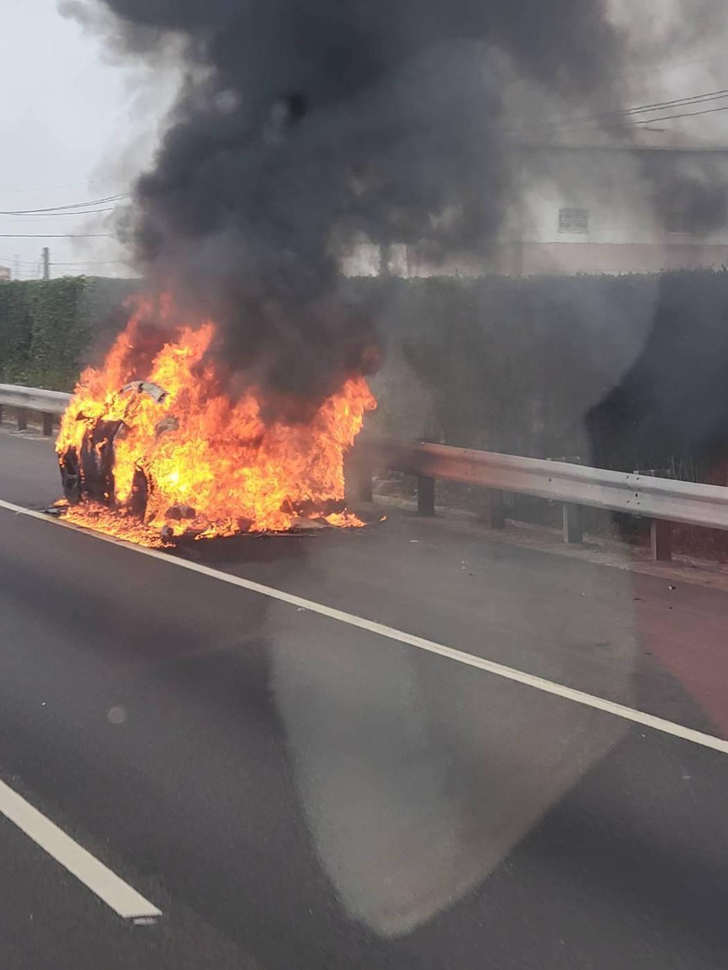 一輛藍寶堅尼今天上午在國道一號北斗到員林的路段忽然自燃。圖/民眾提供