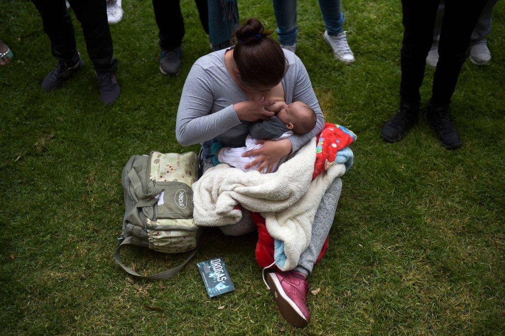 日前有網紅母親因為上傳自己的哺乳照而遭到批評,認為她過度「裸露」。示意圖。 圖/法新社