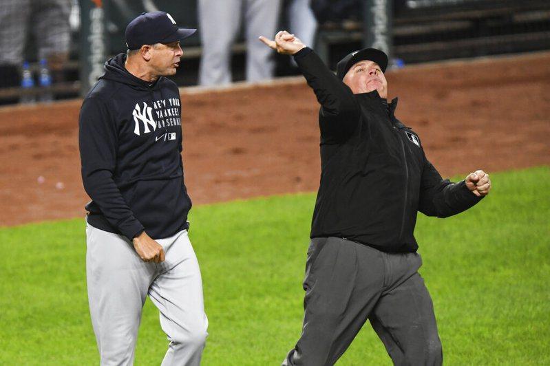 洋基總教練布恩(Aaron Boone)因8上爭議判決怒瞧裁判遭驅逐出場。 美聯社。