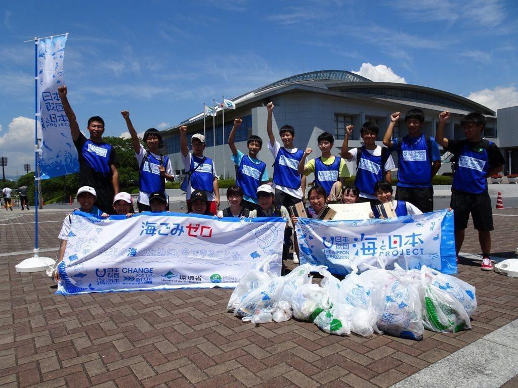 日本高中生撿垃圾活動照。 圖/KRY 山口放送臉書