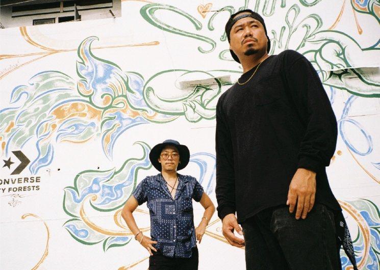 泰國傳統書法家Sorravis Prakong(左)與泰國當代街頭藝術家TRK(...