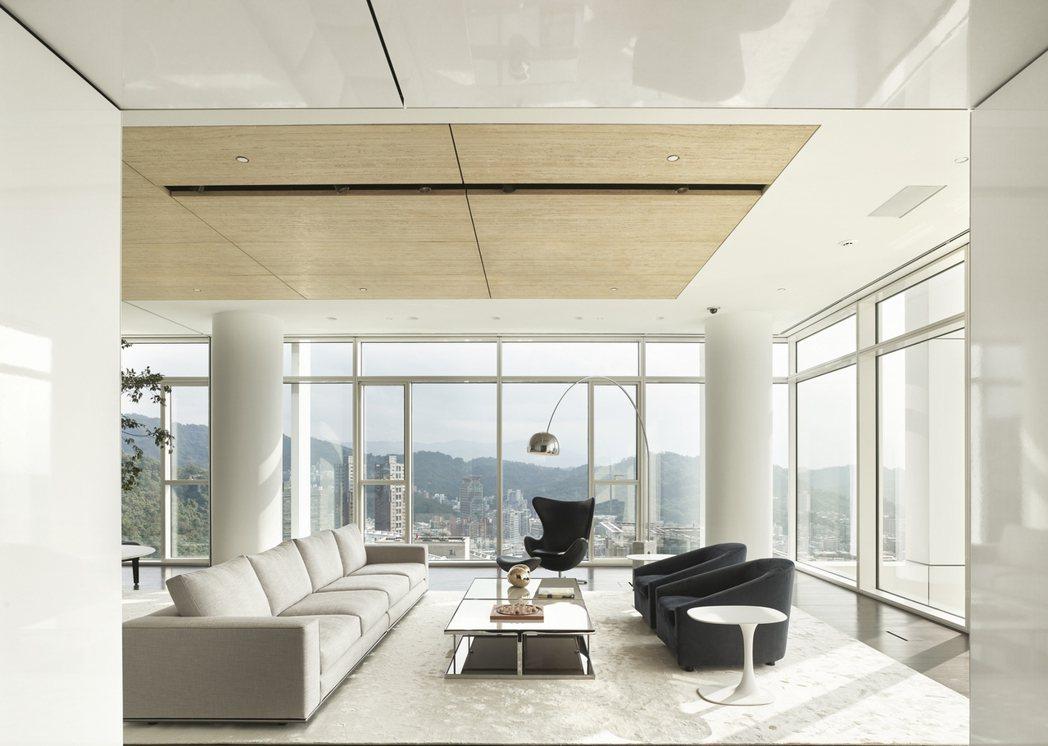 「琢白」高樓層採單層獨戶258坪,設計獨立開放的自由通透空間,而圓柱成為室內的一...