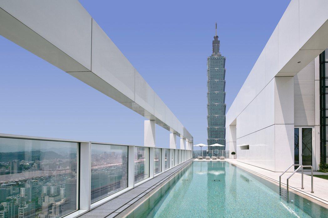 晴空下的「琢白」泛有淡淡的天空藍,反應出自然界所有的色彩,頂樓配置有101景觀泳...
