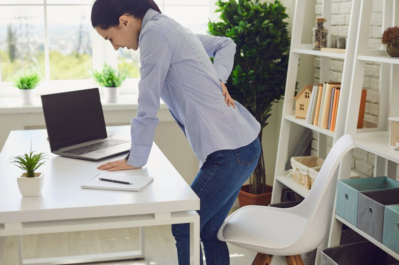 長期的腰酸背痛,原來很可能是臀中肌惹的禍。圖片來源:Shutterstock
