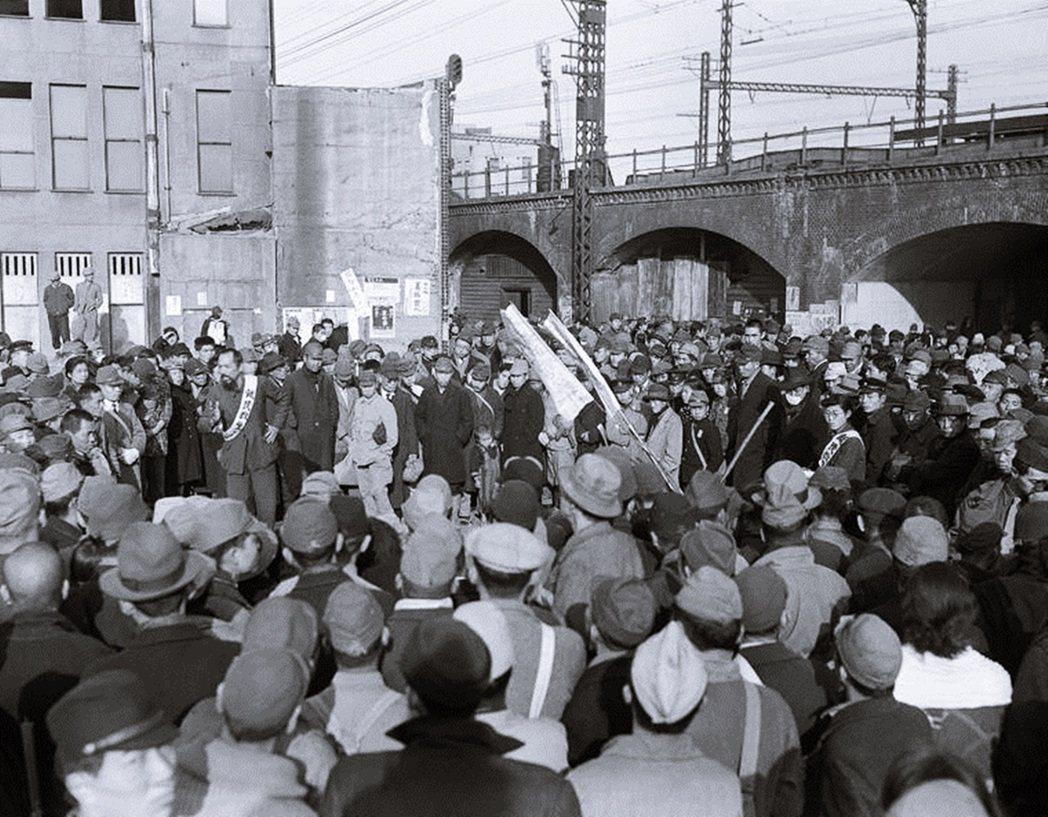 戰後初期的東京街頭,在新橋車站有民眾抗議糧食不足、難以解決飢餓貧窮等問題。 戰後...