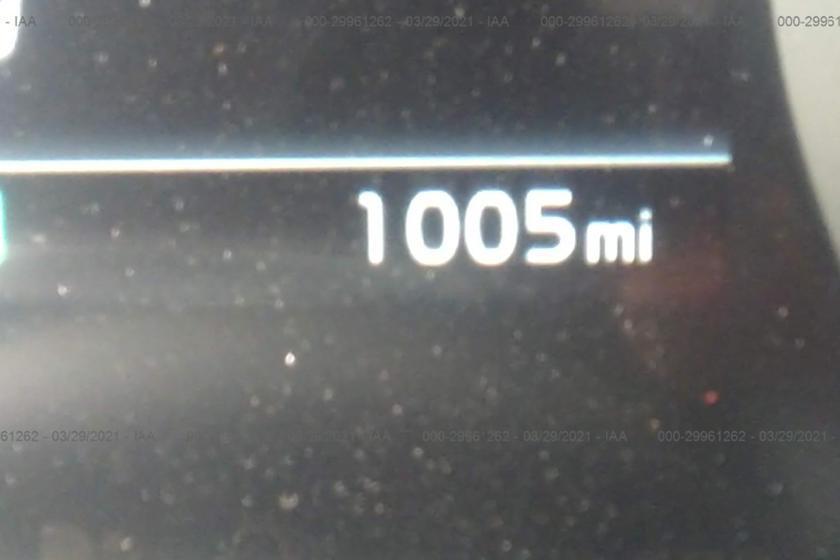 剛跑了1600公里的Kia Carnival被追尾。 摘自Carbuzz.com