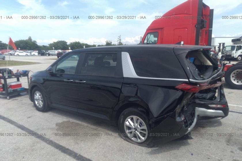 剛跑了1600公里的Kia Carnival被追尾,車尾損壞頗為嚴重。 摘自Ca...