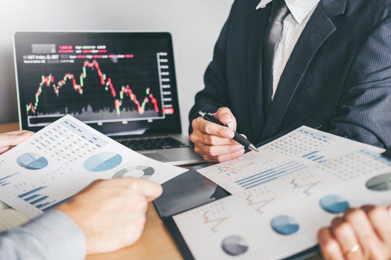 作者提出人生四階段投資指南,不同的年齡層需要有不同的資產配置。 圖片來源/ingimage