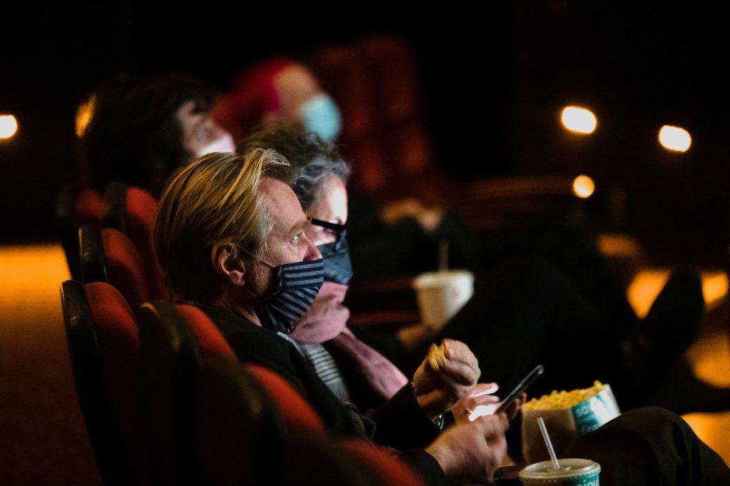 2021年3月,洛杉磯AMC戲院重啟營業,諾蘭現身電影院。 圖/路透社
