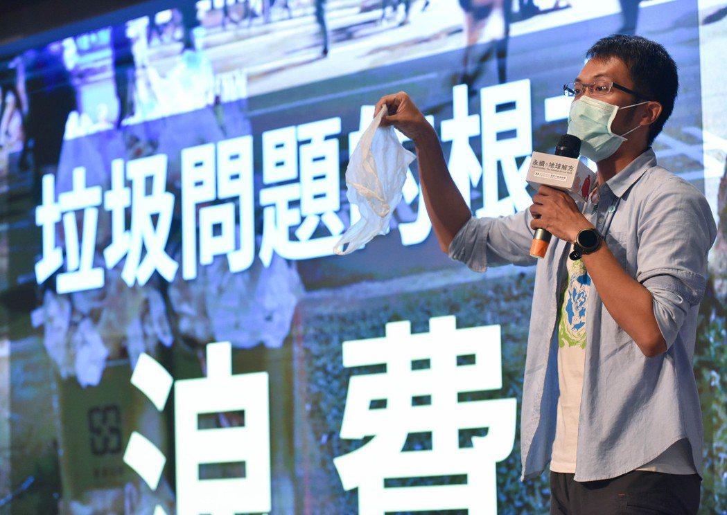 海湧工作室執行長陳人平,分享在第一線推動教育創新和環境海廢的觀察。 圖/陳柏林攝...