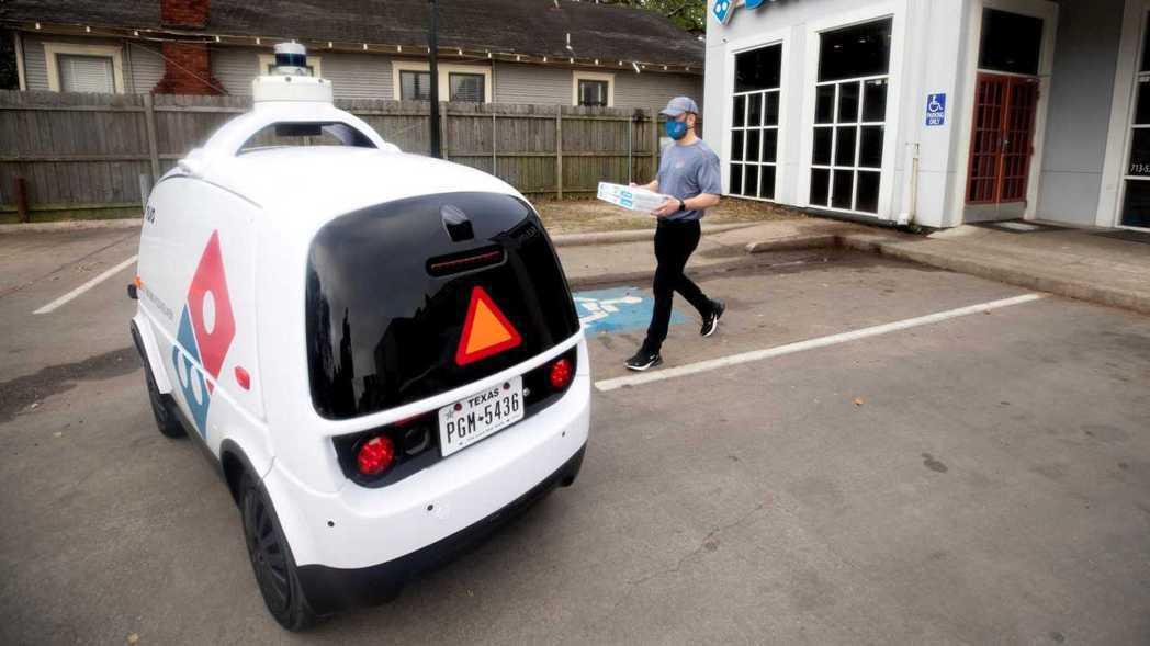 Nuro R2是第一款獲得NHTSA批准的無人自動駕駛公路車輛。 摘自Motor...