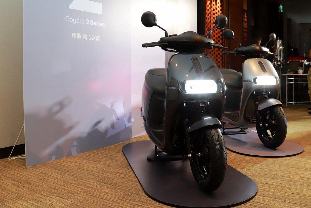 Gogoro 2 Premium提供「晶鑽白、晶鑽灰、晶礦銀」等三種亮面金屬塗裝...