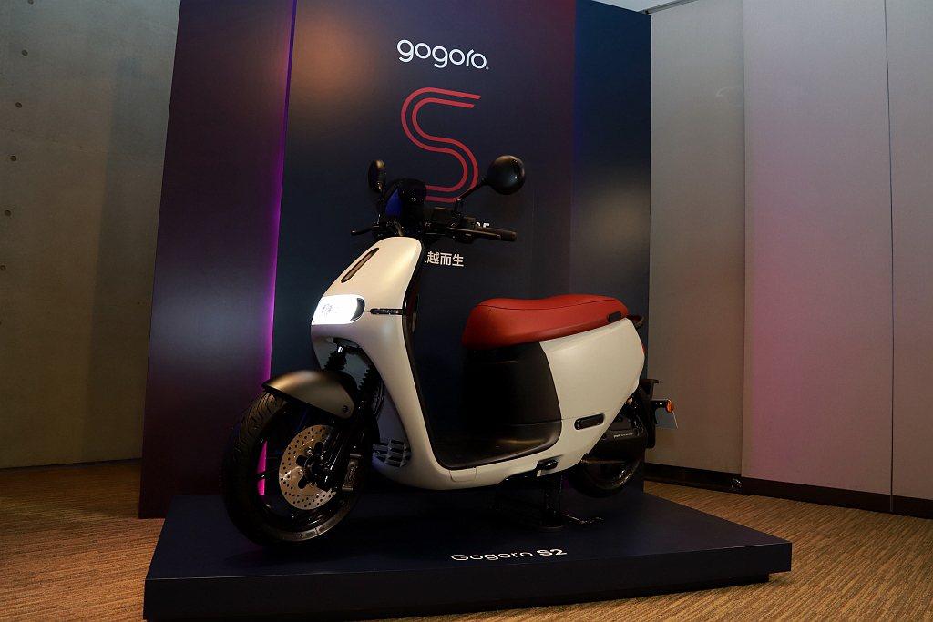 Gogoro S2除了原本受歡迎的石墨灰色之外,再新增「光晝白、光譜藍」兩款新色...