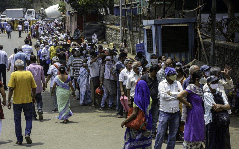印度疫情嚴峻導致醫療系統幾乎崩潰。 新華社
