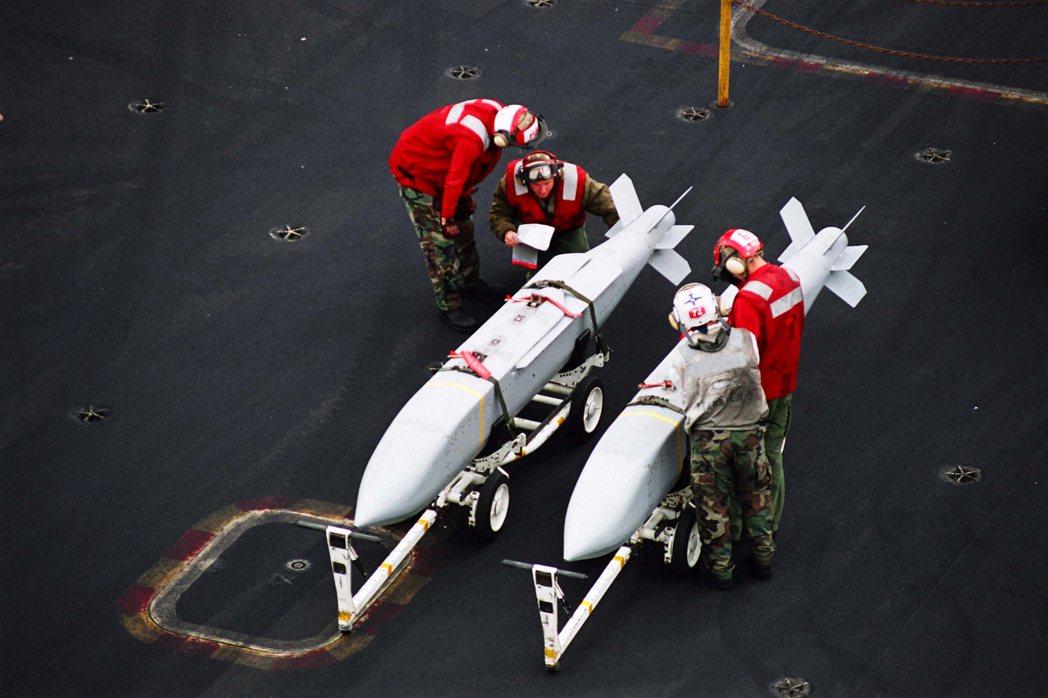 美軍型號AGM-154的聯合距外精準武器(JSOW),是由雷神公司為美國軍方研製的低成本滑翔空對地飛彈,也是一種中程精準打擊武器。 圖/美國海軍