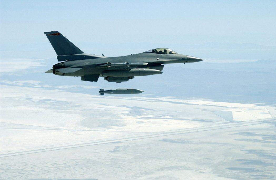 聯合距外精準武器可由高空或低空投射,藉由預定的導航點精確導引飛行至目標。 圖/美國空軍