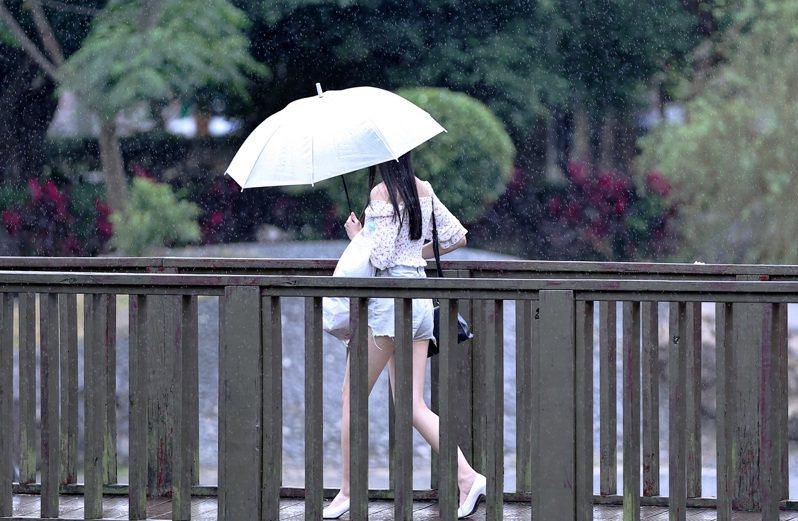 環保署表示,明(28日)上午鋒面接近,中部以北降雨機率提昇,受降雨洗除作用影響,宜花東空品良好,其餘地方都是普通。記者侯永全/攝影