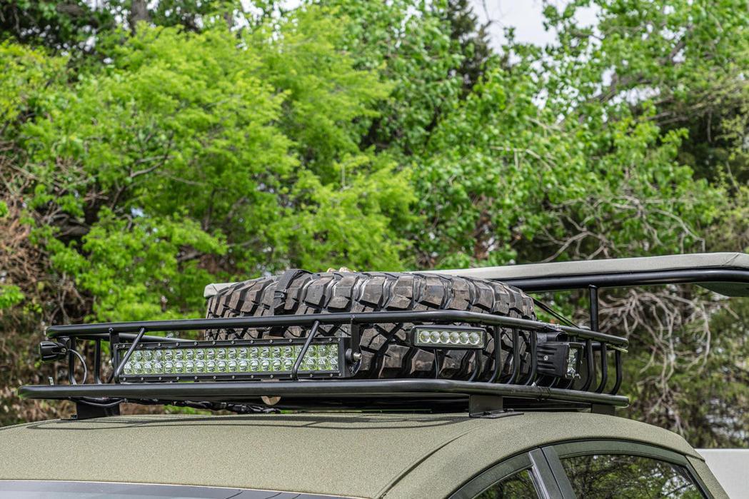 車頂製物架用來置放備胎。 圖/摘自carbuzz.com