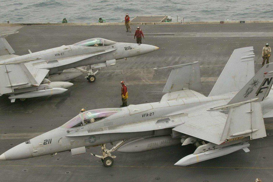 美國海軍兩架攜掛AGM-154型聯合距外精準武器的F/A-18C型戰機。 圖/法新社