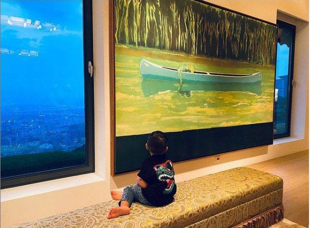 周杰倫的兒子坐在台灣觀眾鮮少知道,但在國際間相當知名的英國藝術家Peter Do...