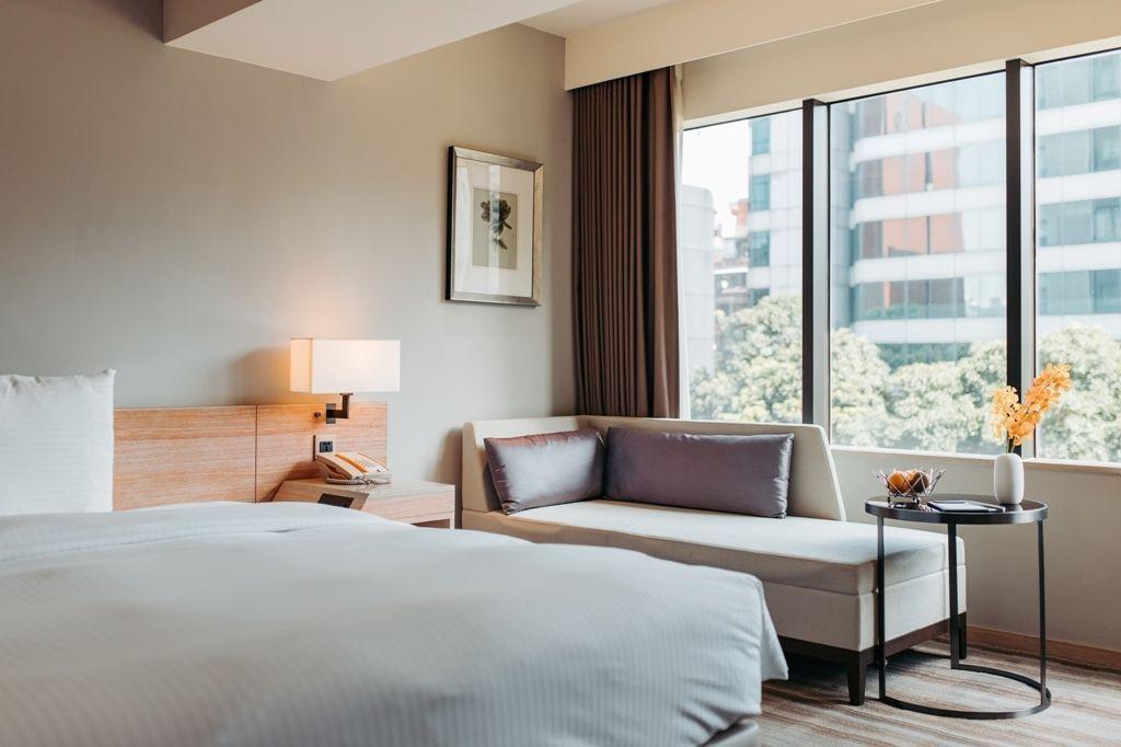 和逸飯店台北民生館以暖色調的裝潢、大量原木家具、明亮採光與淡淡香氛營造舒心放鬆的...