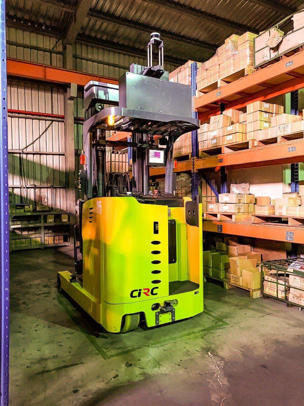 中光電為智慧倉儲帶來效能與便利的AMR自主移動叉車。/業者提供